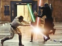 Une lame bleue, une lame verte et une double lame rouge ; en plein combat ! © Lucasfilm