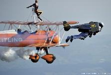 Yves Rossy, l'homme oiseau volant en patrouille avec les Breitling Wingwalkers © Alain Ernoult